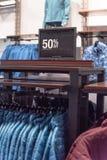 Close-up 50 percenten van verkoopteken over kleren bij warenhuis in Texas, Amerika stock foto's