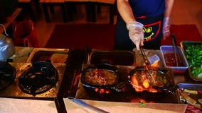 Close-up Person Fries Meat voor Schotelbeen op Gasfornuis in Vietnam stock footage