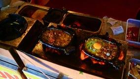 Close-up Person Fries Meat voor Schotelbeen op Gasfornuis in Vietnam stock videobeelden