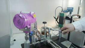 Close up Person Works com equipamento no laboratório da companhia do gás vídeos de arquivo