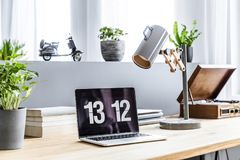 Free Close-up Photo Of Laptop With Clock Screensaver Placed On Wooden Royalty Free Stock Photo - 119419845