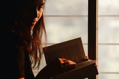 Close-Up Photography of a Woman Reading Royalty Free Stock Photos
