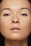 Close-up piękno. Wzorcowa twarz z dębną & czysty skórą zdjęcia stock