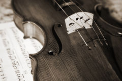 Close-up picture of the old violin witn score Royalty Free Stock Photos