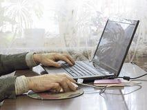 Close-up pisać na maszynie męskie ręki Zdjęcie Royalty Free