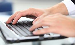 Close-up pisać na maszynie ręki obraz royalty free