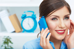 Close up portrait of young business woman phone call, seating i Royalty Free Stock Photos