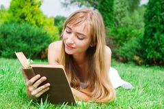 Close-up portret młoda kobieta z książką Obraz Royalty Free
