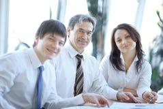 close-up Portret van succesvolle commerciële teamzitting bij hun Bureau royalty-vrije stock afbeelding