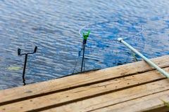 Close-up próximo ajustado da costa do lago do equipamento de pesca foto de stock