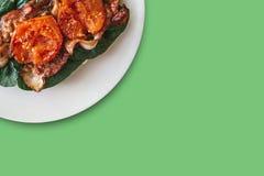 Close-up Prato delicioso e nutritivo com bacon, espinafres e tomates Alimento saboroso Lugar próximo para o texto Fotos de Stock