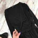Close-up preto do vestido em um fundo de madeira foto de stock royalty free