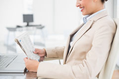 Close up of a pretty businesswoman reading a newspaper Royalty Free Stock Photos
