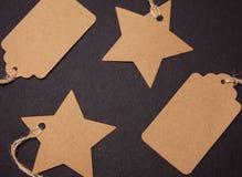 Close-up, prijskaartjes in de vorm van een ster en een rechthoek op een zwarte achtergrond royalty-vrije stock foto's