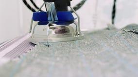 Close-up professionele kleermaker het strijken textiel met het stomen op de ijzerraad stock video