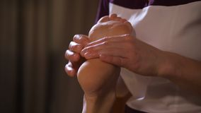 Close-up Professionele massage van vrouwelijke voeten 4K langzame mo stock video