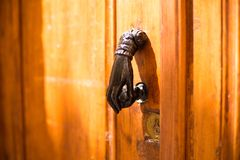 Close-up Punho do vintage para bater na porta sob a forma de uma mão foto de stock