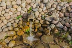 Close up puro da água de mola Pedras, beber útil médico Imagem de Stock Royalty Free
