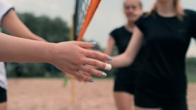 Close-up que cumprimenta as mãos dos jogadores de voleibol das meninas que agradecem ao oponente para o último fósforo no movimen vídeos de arquivo