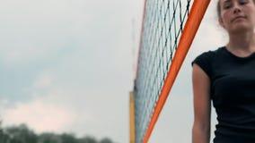 Close-up que cumprimenta as mãos dos jogadores de voleibol das meninas que agradecem ao oponente para o último fósforo no movimen video estoque