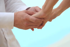 Close-up que guarda as mãos dos casais fotografia de stock royalty free