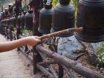Close up que soa um sino em um templo budista Imagem de Stock