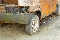 Close-up queimado, abandonado do autom?vel de passageiros R?ssia imagem de stock royalty free