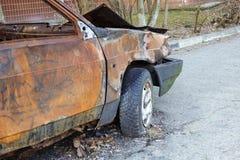 Close-up queimado, abandonado do autom?vel de passageiros R?ssia fotos de stock