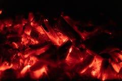 Close up quente de incandescência de carvões do fundo textura de carvões ardentes imagens de stock