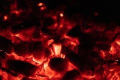 Close up quente de incandescência de carvões do fundo textura de carvões ardentes foto de stock