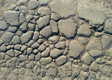 close up rachado da superfície da estrada asfaltada fundo velho quebrado da maneira foto de stock