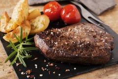 Close-up raro médio cortado bife cozinhado fotos de stock