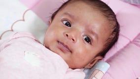 Close up recém-nascido do bebê, brincalhão, ativo, sorrindo filme