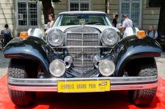 Close-up retro do carro no pódio vermelho em Lvov Imagem de Stock