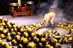 Close up Roasted de Saler da castanha na rua Imagens de Stock Royalty Free