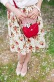 Close-up rode zak in handen van vrouw op de straat stock fotografie