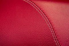 Close-up rood leer met het naaien van naad Royalty-vrije Stock Afbeeldingen