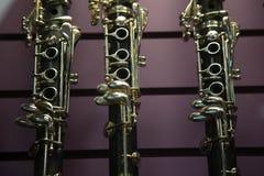 Close up roxo do fundo do instrumento de vento da música do clarinete imagens de stock royalty free