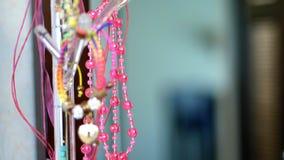 Close-up roze glasparels, juwelen voor meisjes, de juwelen van kinderen stock videobeelden