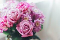 Close-up roze lilac boeket, bloemen - rozen, gerberas stock foto