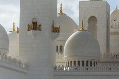 Close-up rustig licht van marmeren koepels van Sheikh Zayed Grand Mosque met blauwe hemel in de ochtend in Abu Dhabi, de V.A.E Stock Afbeelding