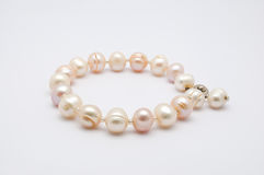 Close up a Rusty Old Pearls Bracelet, isolado imagens de stock royalty free