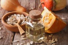 Close-up saudável do óleo de semente da abóbora com os ingredientes horizont Fotos de Stock