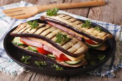 Close-up saudável do sanduíche da beringela em uma placa horizontal Imagens de Stock