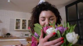 Close-up schitterend boeket van tulpen voor geliefd mamma stock video