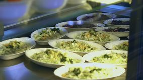 Close-up, showcase met salades in moderne kantine, cafetaria, resturant eetkamer, restaurant van openbare catering stock footage