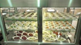Close-up, showcase met salades in moderne kantine, cafetaria, resturant eetkamer, restaurant van openbare catering stock videobeelden
