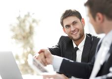 Close-up.side view.the handshake business partners at your Desk. Royalty Free Stock Images