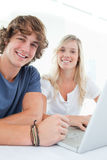 Close up of a smiling couple with a laptop Royalty Free Stock Images