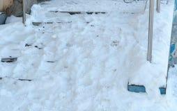 Close-up sneeuw gladde treden van de portiek in de winterdag Camera die van bodem zich omhoog bewegen aan royalty-vrije stock afbeeldingen